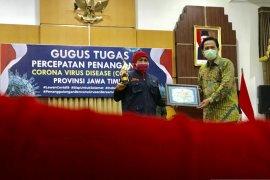 Gubernur Khofifah terima penghargaan  PWI Jatim Award 2020