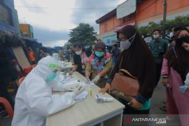 Rapid test pedagang dan pengunjung di Pasar Merdeka Kota Bogor temukan lima reaktif