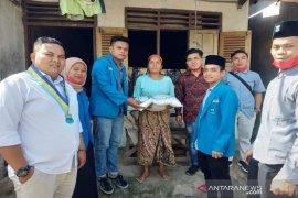 PMII Madina bersama Eveline Sago salurkan beras ke warga terdampak COVID-19