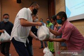 Garuda Indonesia bagikan 1798 paket sembako bagi warga terdampak COVID-19