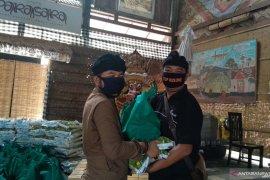 Seniman di Bali diberi bantuan bahan kebutuhan pokok