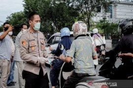 Kapolsek Banjarmasin Timur bagi bagi masker ke pengguna jalan