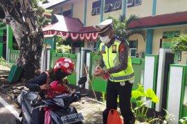 Gustu - Satlantas sosialisasi peraturan Wali Kota Ternate gunakan masker
