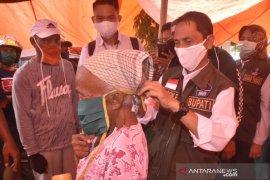 Cegah virus corona, Bupati Gorontalo bagikan masker di Pasar Pulubala