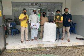Petugas pemakaman di TPU Keputih Surabaya dapat bantuan baju hazmat