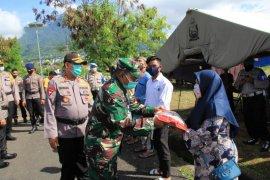 TNI-Polri Malut salurkan bantuan untuk masyarakat terdampak COVID-19