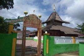 Warga Kaitetu di Pulau Ambon lakukan ziarah kubur usai Shalat Idul Fitri 1441 H