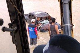 BPBD Abdya evakuasi mobil hanyut di Krueng Beukah Blangpidie