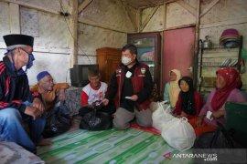 Bupati Garut bagikan bantuan pangan bagi warga pinggiran