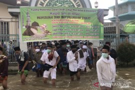 Banjir tidak halangi warga menunaikan Shalat Id di Samarinda