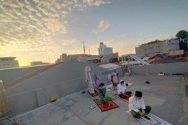 Atap indekos jadi lokasi Shalat Id perantau Gang Kelinci