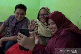 Warga Medan ganti tradisi berkunjung lebaran dengan panggilan video
