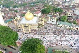 Wali kota bersama masyarakat Kota Padangsidimpuan  Sholat Idul Fitri ditengah COVID-19