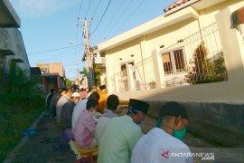 Umat Muslim di Garut terapkan aturan kesehatan saat Shalat Id berjamaah