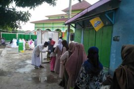 Warga Cirebon laksanakan protokol kesehatan saat Shalat Id