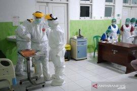 136 warga kontak dekat pasien COVID-19 di Wondama jalani tes cepat