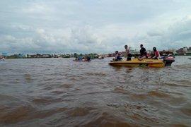 Tim gabungan menyisir Sungai Kapuas mencari korban tenggelam di Jongkong