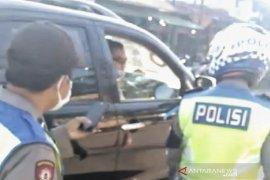 Seorang polisi tak pakai masker malah marahi rekannya yang berjaga