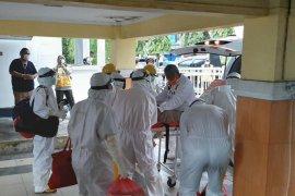 Wali Kota Tidore Kepulauan dirujuk ke Ternate gunakan protokol COVID-19
