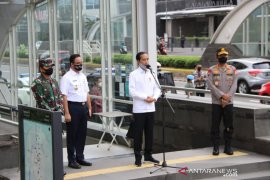 President reviews readiness of MRT station's facilities for new normal