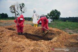 Era normal baru untuk penggali kuburan COVID-19 di Pekanbaru