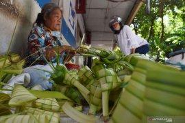 Penjual cangkang ketupat di tengah pandemi COVID-19