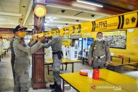 Petugas gabungan paksa tutup restoran di Jalur Puncak Bogor