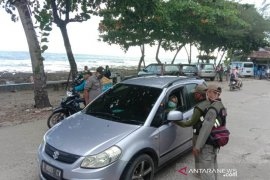 Polisi lakukan penyekatan wisatawan di jalur wisata Pantai Rancabuaya Garut