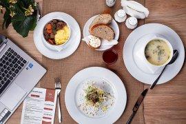Waktu makan kembali normal, perbanyak asupan saat makan siang