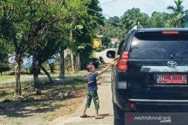 Bupati Aceh Barat bagi-bagi THR untuk anak-anak di sepanjang jalan