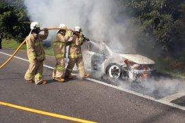 Mobil terbakar di bahu jalan KM3 Halim Tol Jakarta-Cikampek