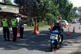 Polisi lakukan penyekatan kendaraan pemudik di Gentong Tasikmalaya