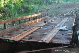 Sempat rusak, akses jembatan ke Desa Aniungan dibangun kembali