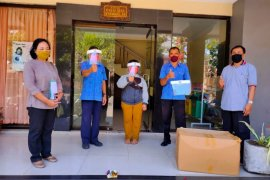 Disperindag Denpasar serahkan bantuan 1.689 pelindung wajah
