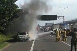 Sebuah mobil terbakar di bahu KM3 Halim Tol Jakarta-Cikampek