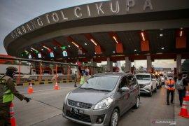 Kendaraan lintasi gerbang tol Cikampek Utama berlipat ganda pada libur panjang
