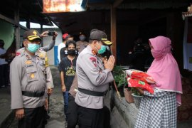 Kapolda Malut pimpin penyaluran bantuan bagi warga terdampak COVID-19