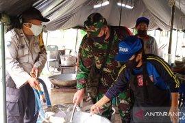 TNI masak 2.000 porsi nasi bungkus untuk korban banjir Samarinda