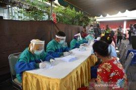 Ribuan pedagang pasar tradisional di Jember jalani tes cepat COVID-19