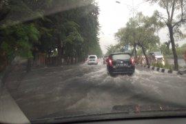 Hujan deras disertai angin kencang diprediksi terjadi di sejumlah wilayah Jatim