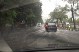 Sejumlah wilayah di Surabaya tergenang banjir akibat hujan deras