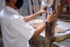 Permudah pembayaran,  tiap kios pedagang di pasar Tangerang dipasangi QR code