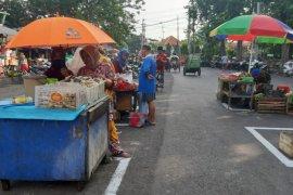 Pasar Pegirian Surabaya terapkan jaga jarak antar-pedagang