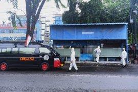 Cegah penyebaran COVID-19, Sat Brimob Polda Sumut semprot disinfektan halte di Medan