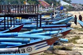 Nelayan Pantai Kedonganan tidak melaut karena gelombang tinggi