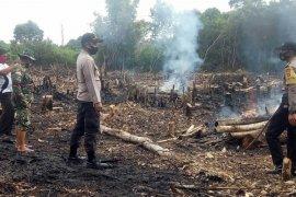 TNI - Polri padamkan titik api di lahan warga daerah Putussibau Selatan
