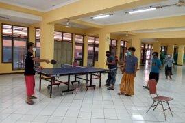 Saat karantina, sejumlah warga berolahraga di Hotel Asrama Haji Surabaya