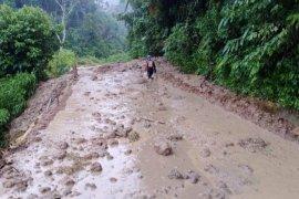 Jalan penghubung Bukittinggi-Pasaman Barat tertimbun longsor sepanjang 25 meter