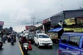 Jalur Puncak ramai diserbu wisatawan, Polisi tidak berlakukan one way