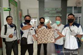 KSP Nasari cabang Padang serahkan bantuan APD untuk dua puskesmas